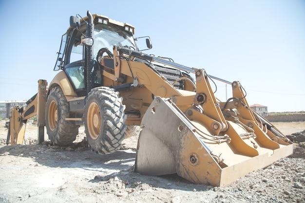 Escavadeira trabalha em um canteiro de obras.