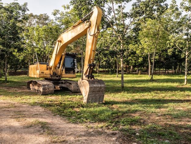 Escavadeira trabalhando em solo poeirento