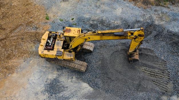 Escavadeira velha, vista superior, tomada com drones