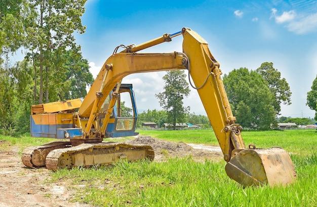 Escavador de local de construção, escavadeira e caminhão basculante. maquinaria industrial no local de edifício