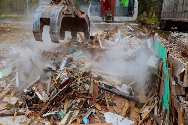 Escavadora desmonta casa quebrada após tragédia