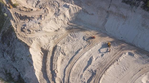 Escavadora em uma pedreira de areia