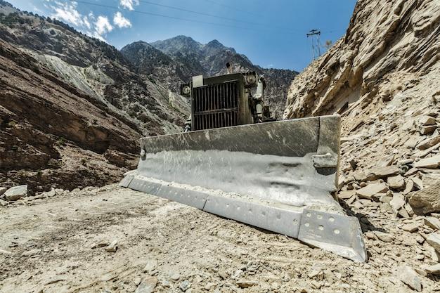 Escavadora fazendo construção de estradas no himalaia