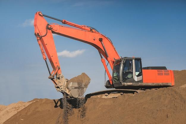 Escavadora. movedor de terra. cavando. industrial.