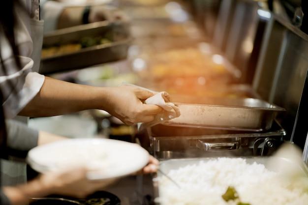 Escavar a comida, buffet de comida no restaurante, catering