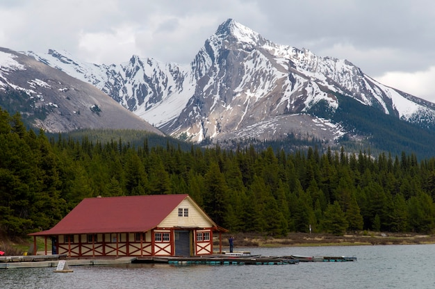 Escocês phillips boathouse no lago maligne, jasper national park, alberta, canadá