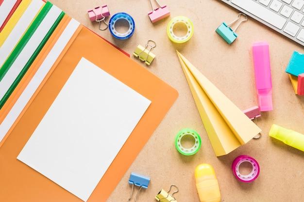 Escola colorida e equipamento de escritório no fundo liso