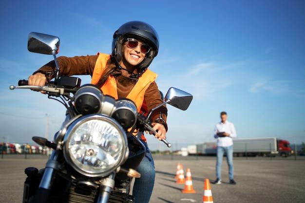 Escola de direção de motocicleta