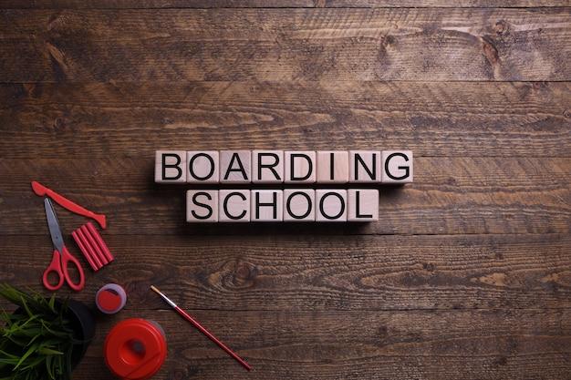 Escola de embarque de palavra em cubos de madeira