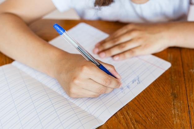 Escola de estudante de menina ensina lições, tarefas para escola, escola