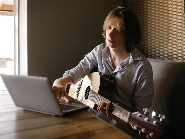 Escola de música online. jovem aprende a tocar violão através do