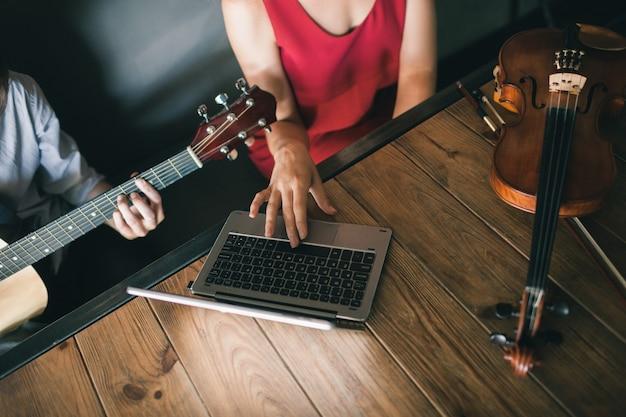 Escola de música online. os jovens aprendem a tocar instrumentos por meio do