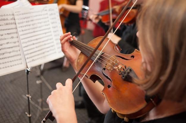 Escola de música para meninas no violino