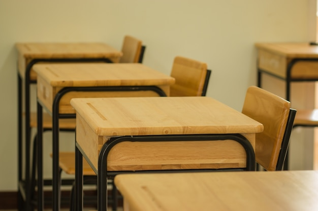 Escola de sala de aula com mesas cadeira de madeira e greenboard no ensino médio tailândia