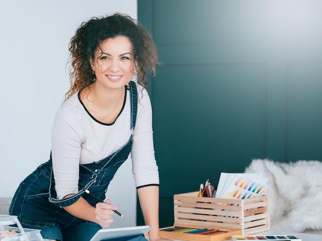 Escola de treinamento de arte online. mulher assistindo vídeo tutorial no tablet, aprendendo a desenhar em casa.