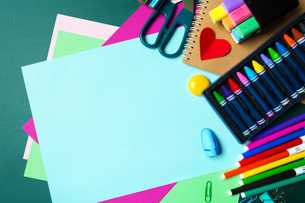 Escola e material de escritório no quadro-negro