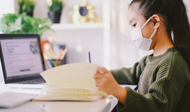 Escola em casa em quarentena. educação em casa para evitar doenças virais, conceito de educação on-line