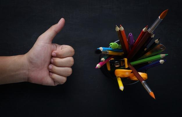 Escola, estacionário, em, cesta, e, polegar cima, mão, ligado, quadro-negro