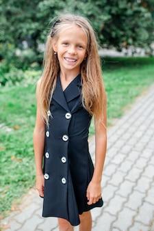 Escola feliz menina posando