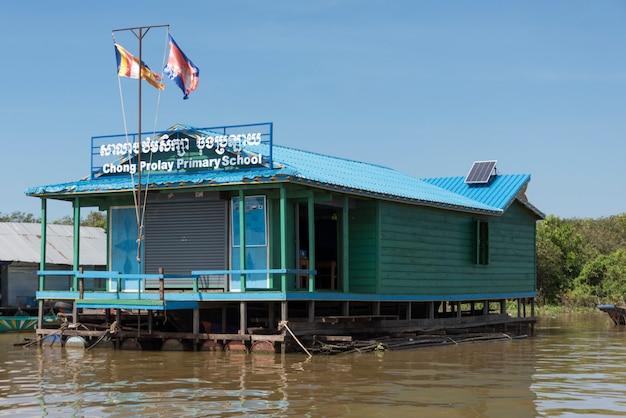 Escola primária no lago tonle sap, kampong phluk, siem reap, camboja