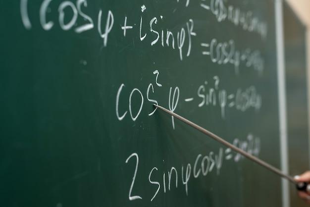 Escolaridade. fórmulas matemáticas são escritas no quadro negro