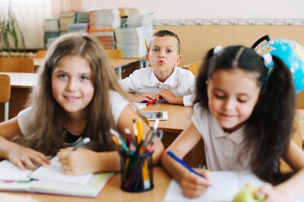 Escolas se divertindo sentado na sala de aula