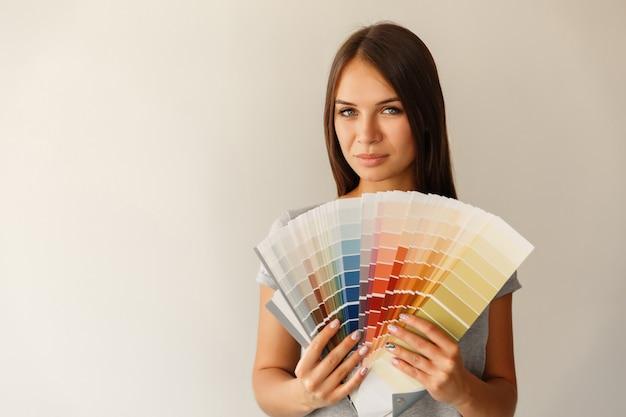 Escolha da cor para pintar a parede com paleta de cores.