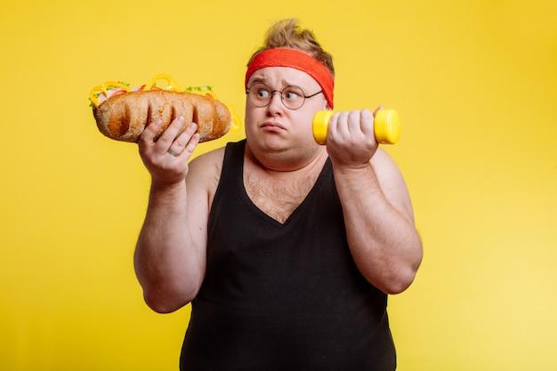 Escolha de homem gordo entre esporte e fast food