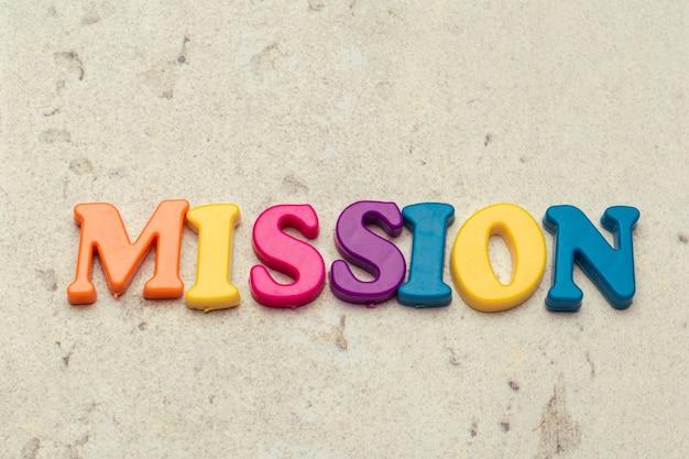 Escolha letras de madeira da palavra mission