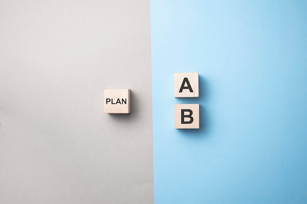 Escolha manualmente o cubo de madeira com a palavra plano a a plano b em azul