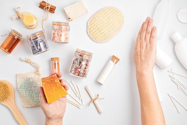 Escolhendo cosméticos de autocuidado sem resíduos sustentáveis versus produtos plásticos industriais