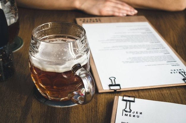 Escolhendo do menu enquanto bebe cerveja
