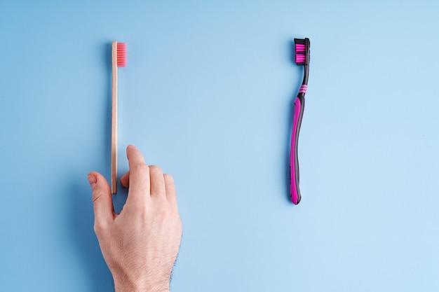 Escolher entre escova de dentes de plástico e escova de dentes de bambu ecológica. tendências ecológicas mundiais.