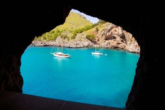 Escorca sacalobra vista da praia da janela da caverna