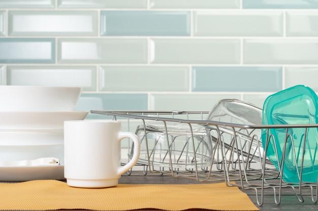 Escorredor de louça com pratos limpos e secos no balcão da cozinha