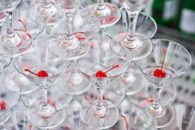 Escorrega de champanhe, copos com cerejas