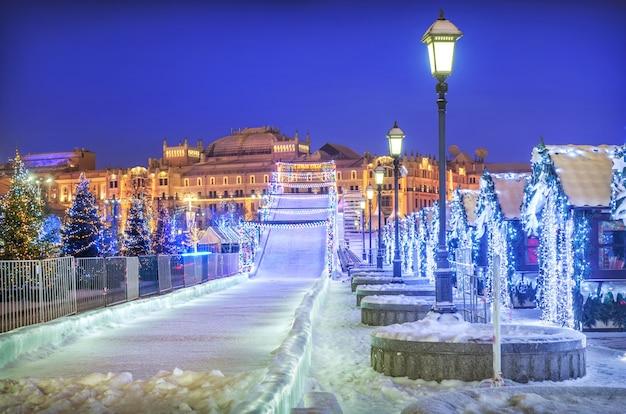 Escorrega de neve perto do museu histórico de moscou