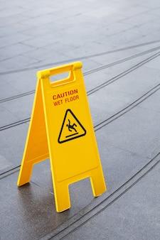 Escorregadio amarelo aviso sinal de aviso de segurança