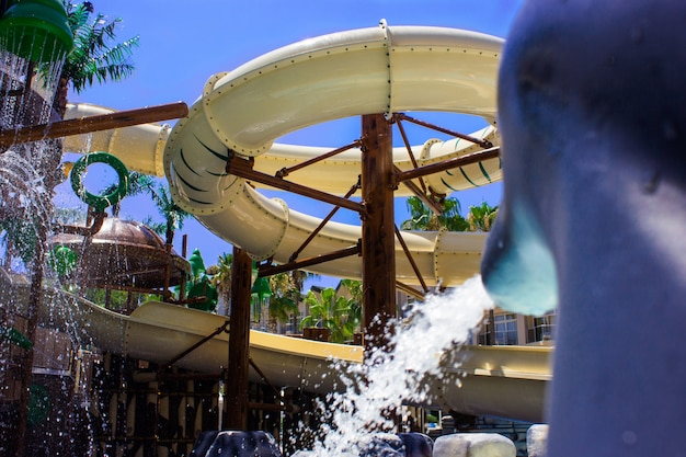 Escorregas aquáticos no parque aquático do hotel
