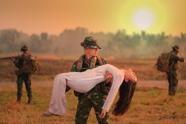 Escoteiros da tailândia durante operações militares ajudando meninas vietnamitas