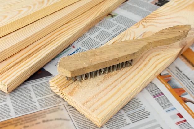 Escova abrasiva de aço especial revela a estrutura da madeira, carpintaria em casa
