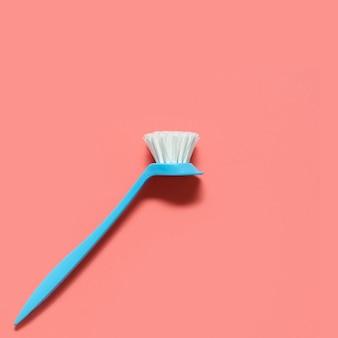 Escova azul pálida para lavar pratos deitado