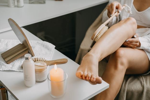 Escova corporal de escovagem a seco para esfoliação de pele seca, drenagem linfática e tratamento da celulite.