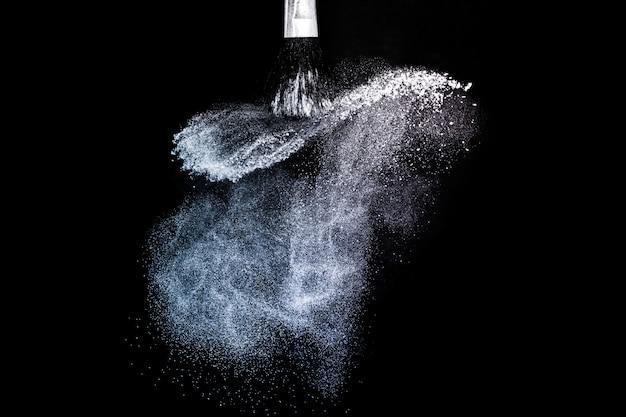 Escova cosmética com espalhamento de pó cosmético roxo