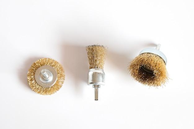 Escova de aço para máquina de perfuração em fundo branco