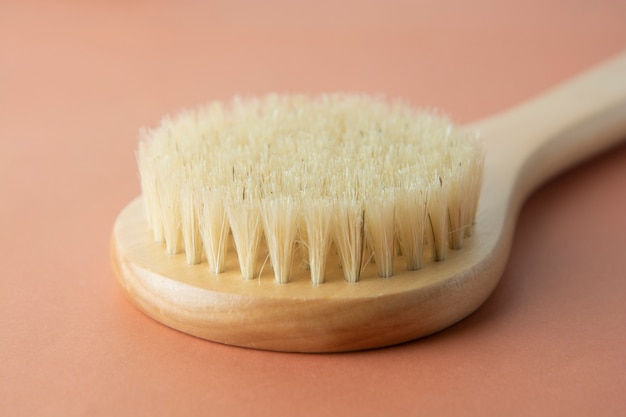 Escova de banho feita de bambu isolado. zero produto residual. nenhum conceito de plástico.