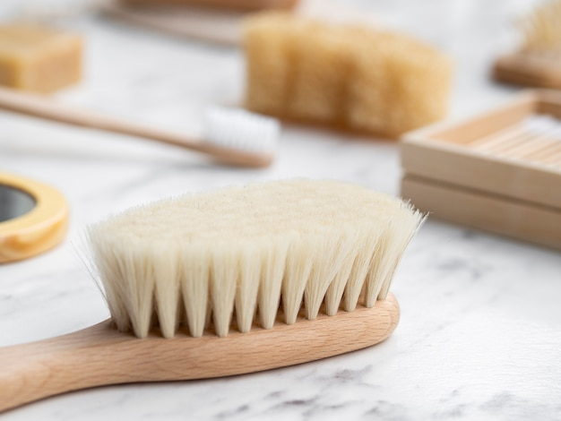 Escova de cabelo alto ângulo na mesa de mármore
