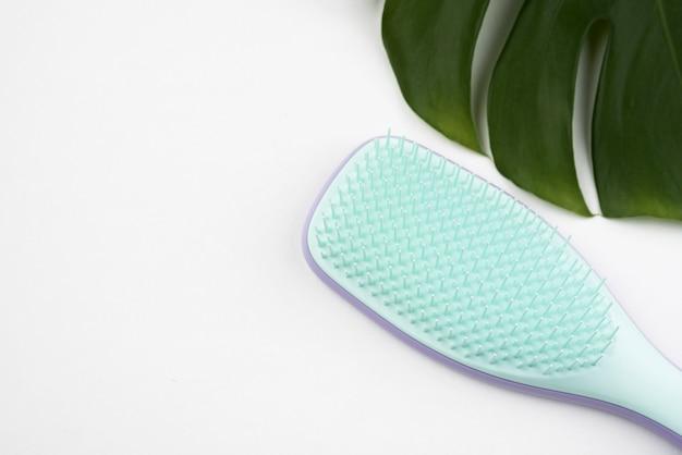 Escova de cabelo com cópia espaço plana leigos