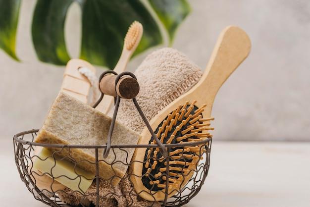 Escova de cabelo natural de vista frontal e acessórios