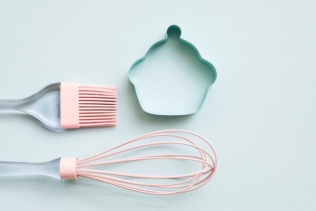 Escova de cozinha de silicone rosa, batedor e cortador de biscoitos pequeno de metal com cor pastel